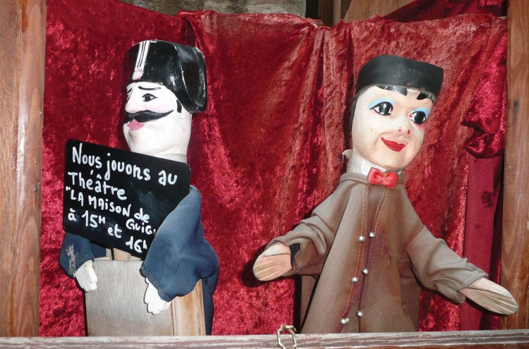 Guignol-gendarme-puppet-performance-France-Lyon.jpg