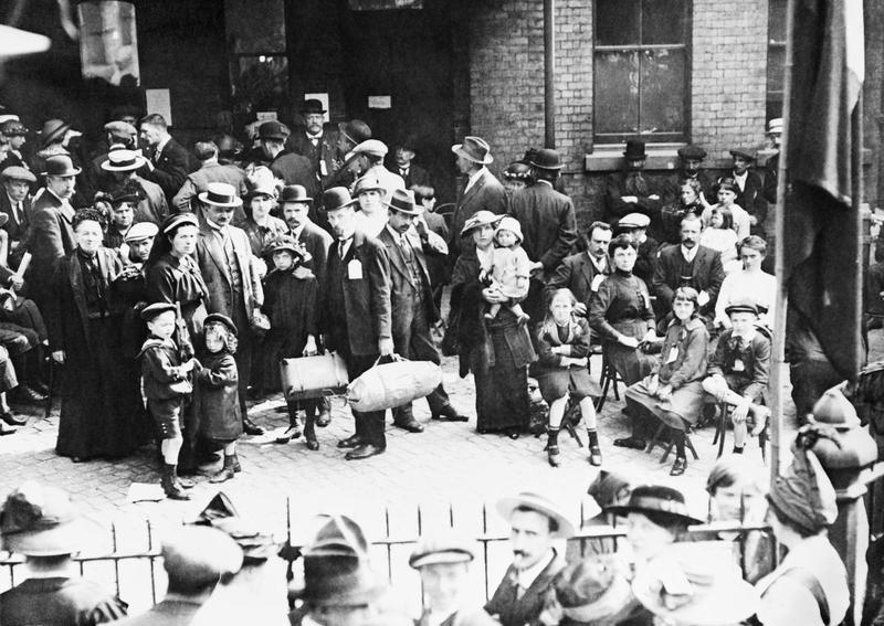 belgian-refugees-outside-hudsons-furniture-repository-victoria-station-london-september-1914